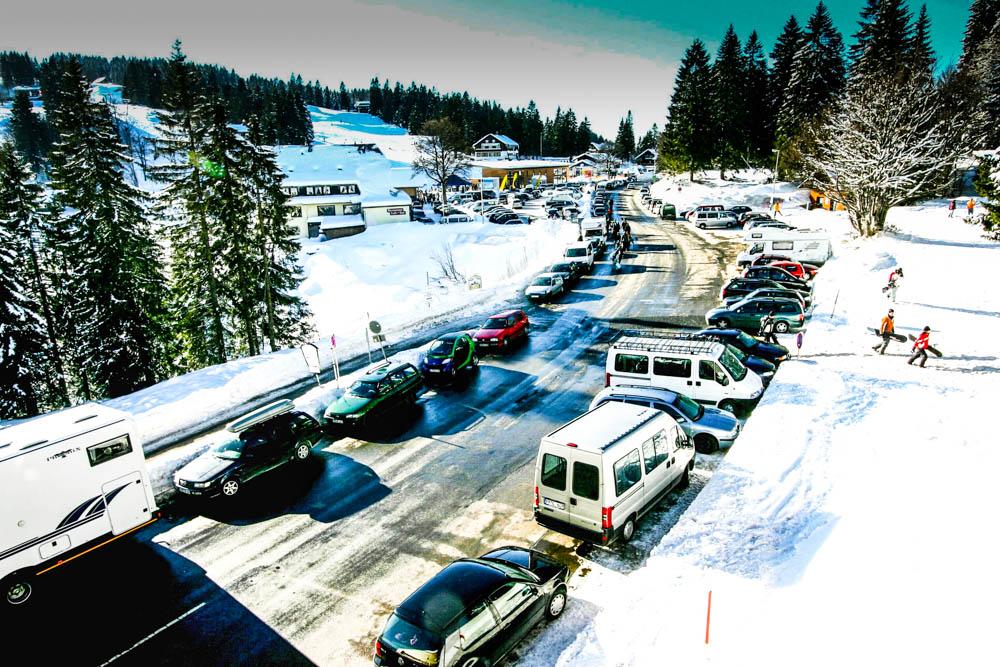 Engpass Feldberg: Skifahrer parken die B 317 zu und behindern so Rettungsfahrzeuge und Linienbusse. Archivfoto: Zurbonsen