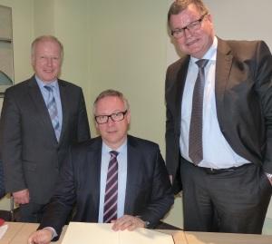 Peter Weiß, MdB CDU, Sparkassenpräsident Georg Fahrenschon , CSU, sowie Kenzingens Bürgermeister Matthias Guderjan beim Eintrag ins goldene Buch der Stadt.