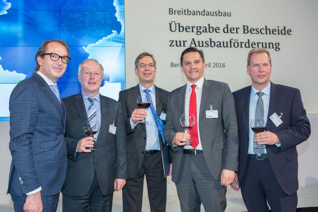 Auf dem Foto sind zu sehen von links nach rechts:  Minister Alexander Dobrindt, CSU Peter Weiß, MdB, CDU Landrat Hanno Hurth Dr. Johannes Fechner, MdB, SPD Thorsten Kille, Wirtschaftsförderer