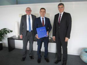 Oberbürgermeister Jörg Lutz (Bildmitte), Badenova-Vorstandsvorsitzender Dr. Thorsten Radensleben (r.) und Badenova-Vorstand Mathias Nikolay (l.) unterzeichneten den Konzessionsvertrag. Foto: badenova