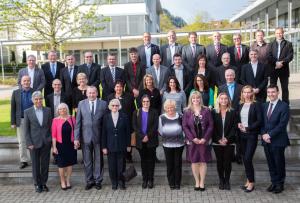 Gemeinsam mit Gisela Sick (4.v.l.), Cornelia Reinecke (2.v.r.) und Dr. Martin Krämer (r.) feierten 33 Mitarbeiter und Mitarbeiterinnen ihr Firmenjubiläum.