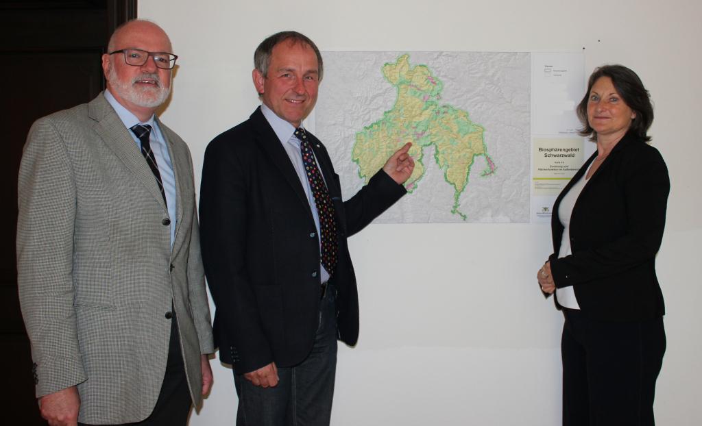 (v.l.) Regierungsvizepräsident Klemens Ficht, Geschäftsführer Walter Kemkes und Regierungspräsidentin Bärbel Schäfer. Foto: RP