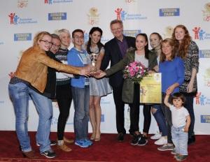 Die strahlenden Gewinner des Europa-Park Junior Club Sonderpreises: Der 8-Rat mit Miriam Mack, Botschafterin des Deutschen Kinderhilfswerks, und dem Freiburger Bürgermeister Ulrich von Kirchbach (Mitte)