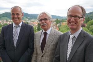 Zu sehen sind (von links nach rechts): Geschäftsführer Bernd Fey, Dr. Peter Wetzel und Dr. Rainer Blaas.